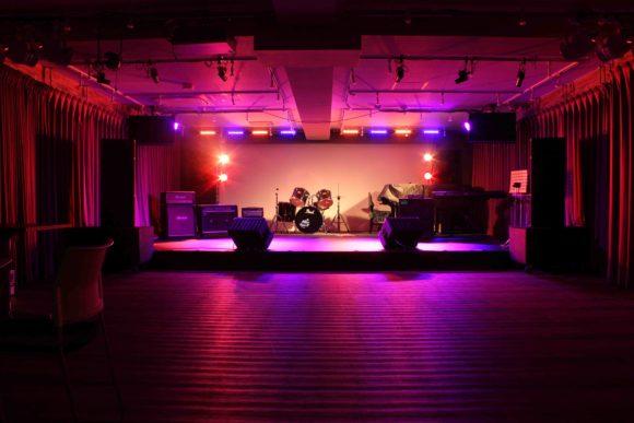 音部屋スクエア の新設された ダンスステージ